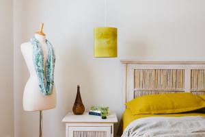 lampe suspendue motif marée basse jaune Pascale Faubert (8)